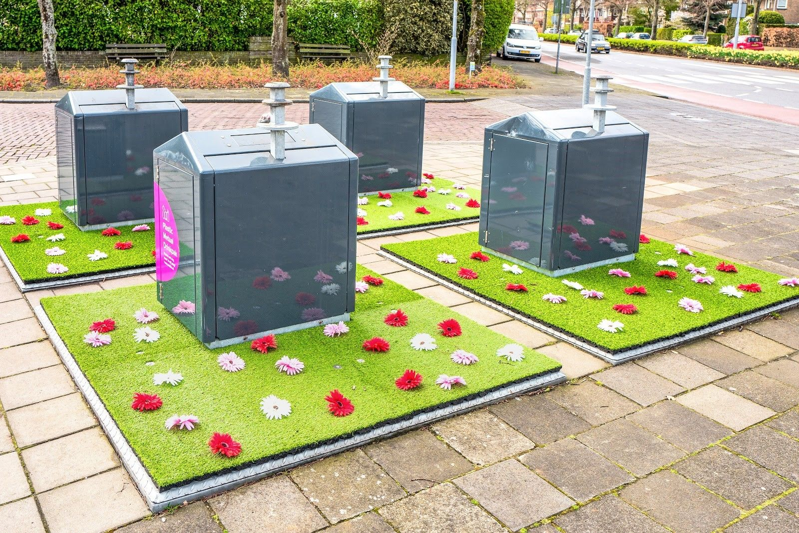 Kunstgras rondom afvalcontainers